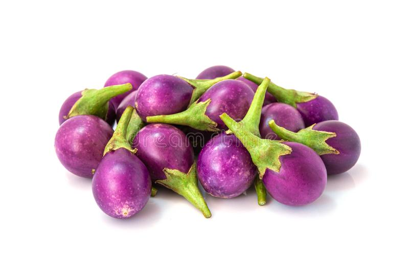 Pilha do vegetal cru orgânico da beringela, o saudável e o delicioso da beringela imagens de stock