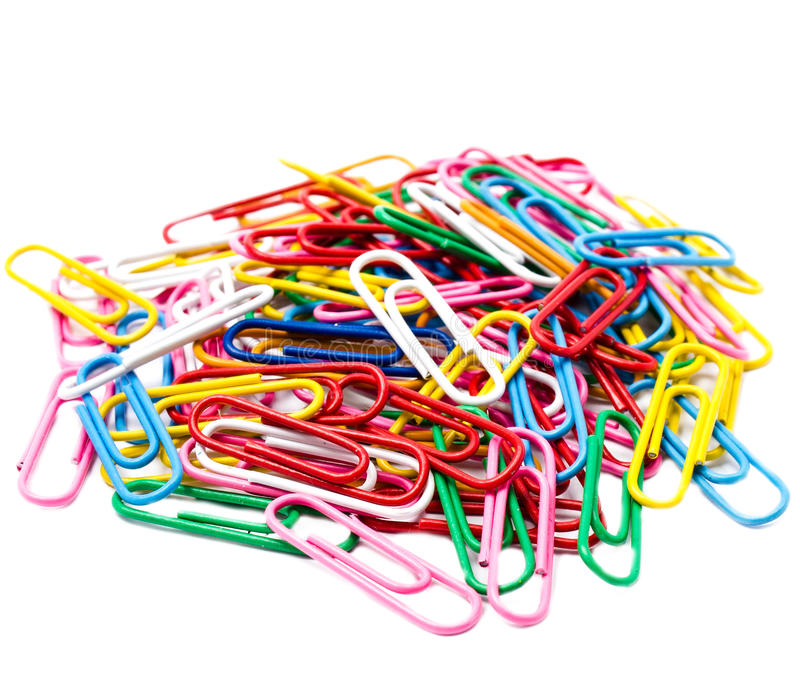 Pilha dos clipes de papel coloridos isolados no fundo branco foto de stock royalty free