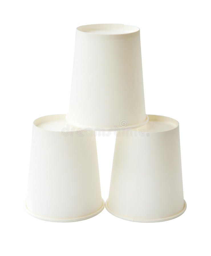 Pilha dos copos de papel descartáveis brancos isolados (trajeto de grampeamento) fotografia de stock royalty free