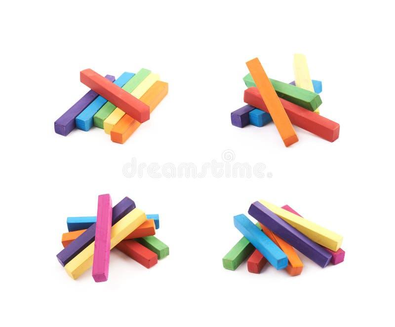 Pilha dos gizes coloridos arco-íris isolados imagem de stock royalty free