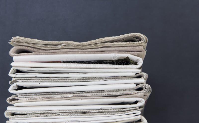 Pilha dos jornais foto de stock