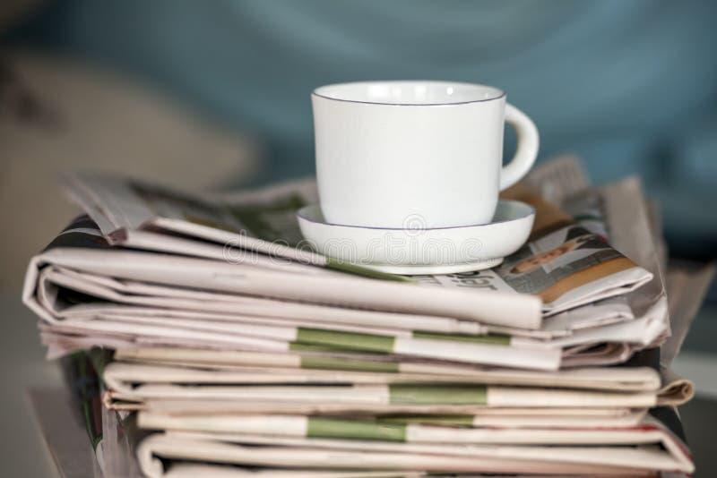 Pilha dos jornais e do copo de café imagem de stock