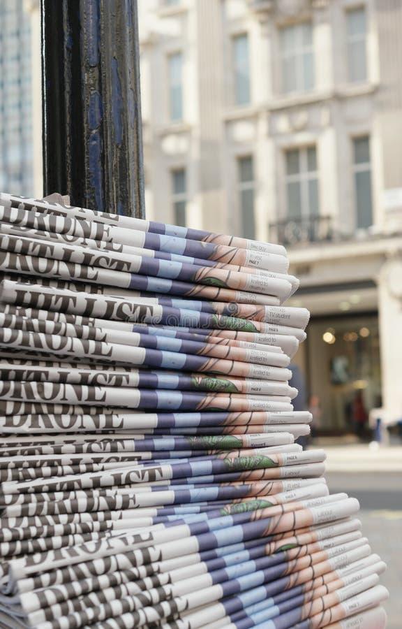 Pilha dos jornais na cidade imagem de stock royalty free