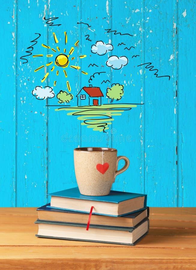 Pilha dos livros com o copo de café na parte superior no fundo fotos de stock