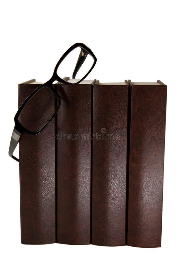 Pilha dos livros com vidros fotos de stock