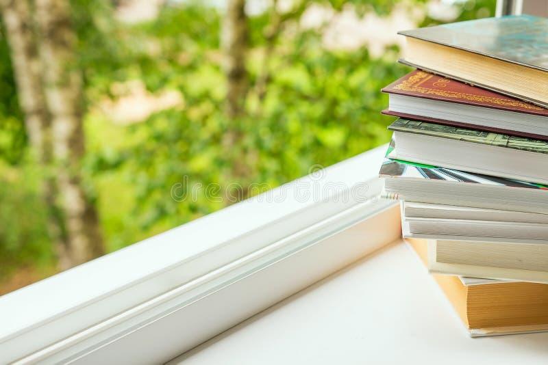 Pilha dos livros conceito da aprendizagem, auto-desenvolvimento, educação, lendo fotos de stock