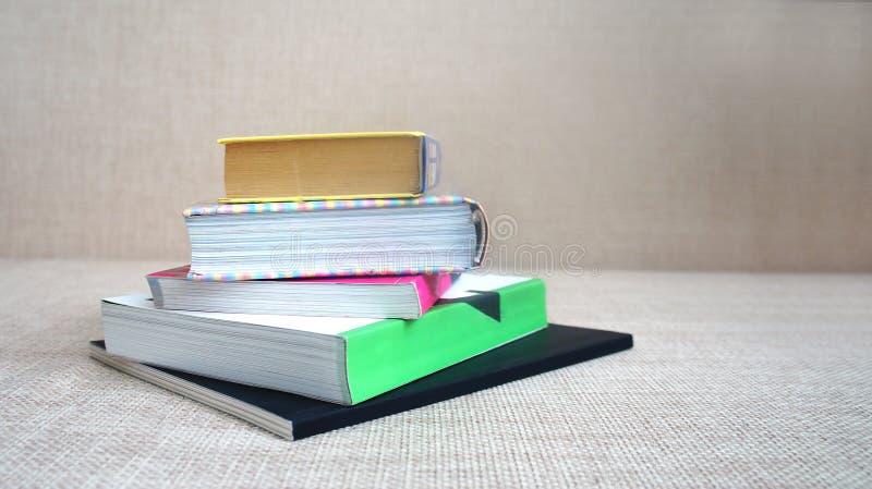 Pilha dos livros e dos cadernos imagens de stock royalty free