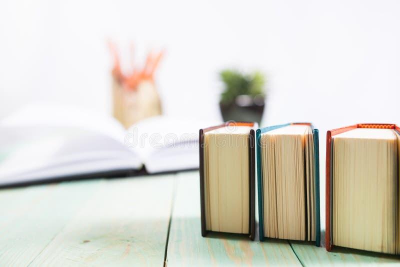 Pilha dos livros no fundo de madeira fotografia de stock