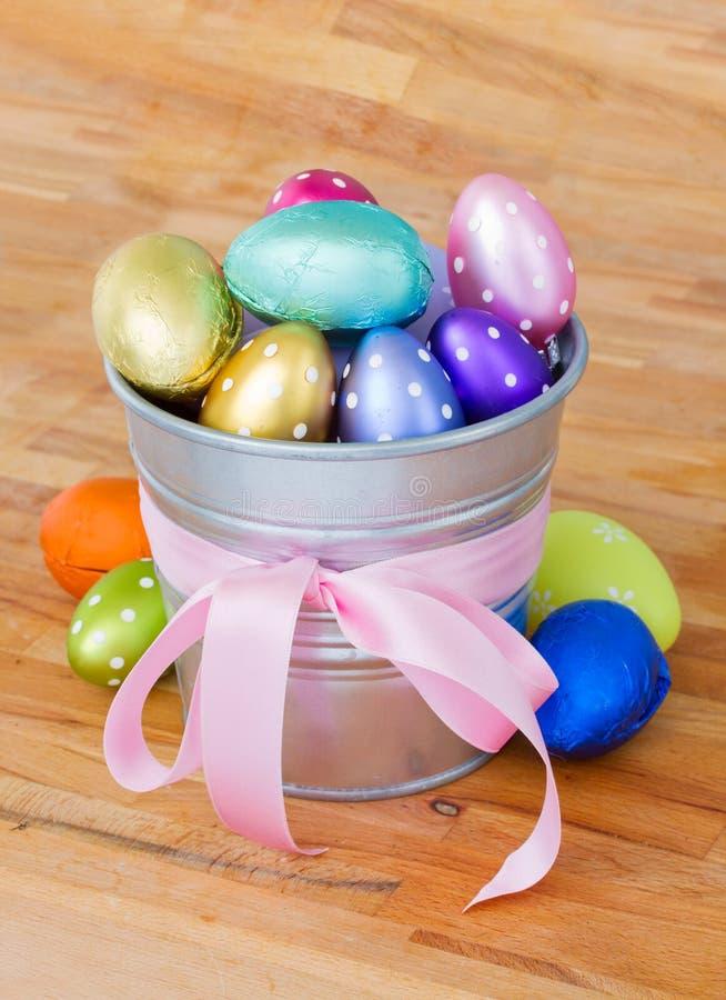 Pilha dos ovos da páscoa no potenciômetro foto de stock