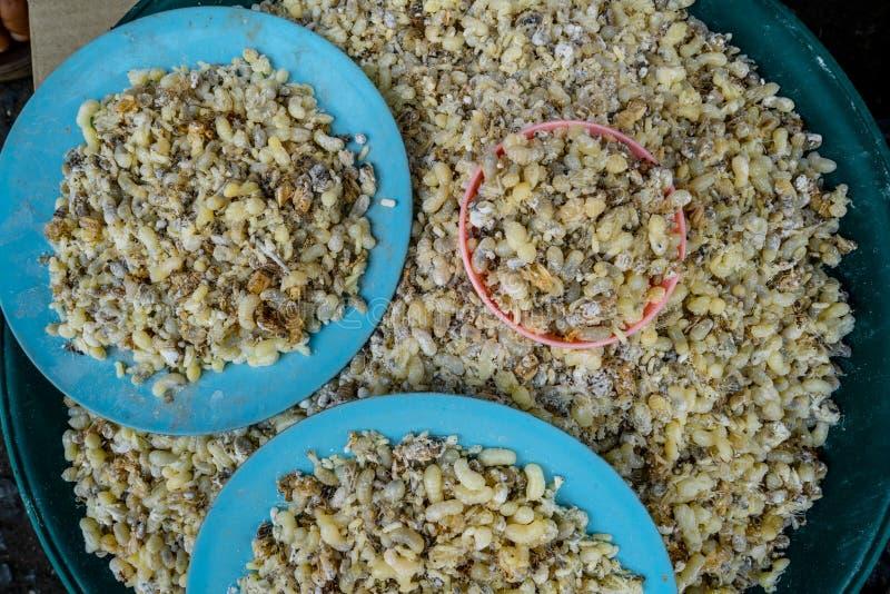 Pilha dos ovos vermelhos da formiga vendidos em um mercado local em Tailândia do norte fotografia de stock