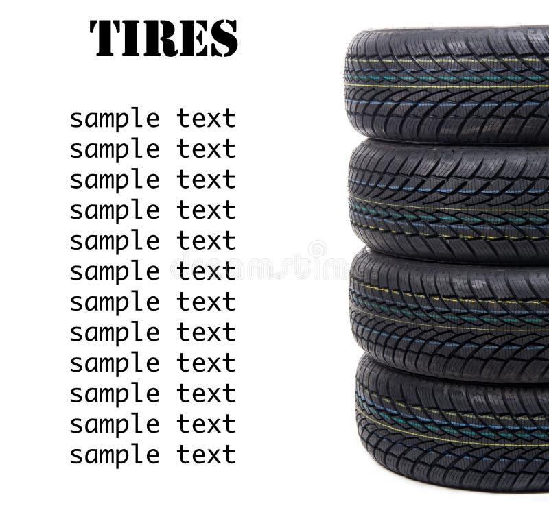 Pilha dos pneumáticos pretos novos de quatro rodas para o isola da condução de carro do inverno imagens de stock