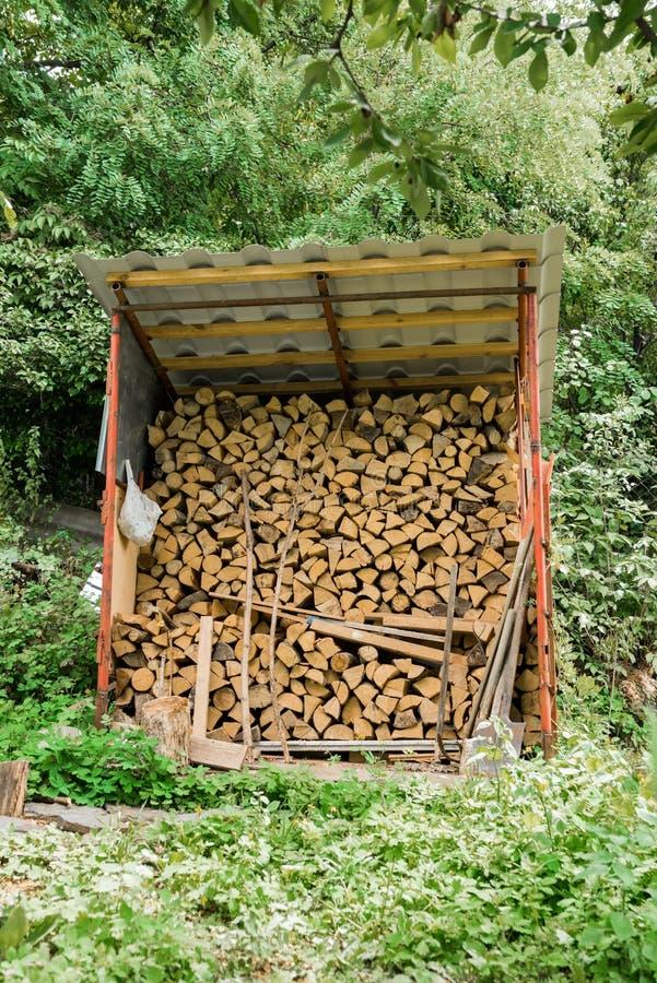 Pilha dos registros de madeira prontos para o inverno imagem de stock