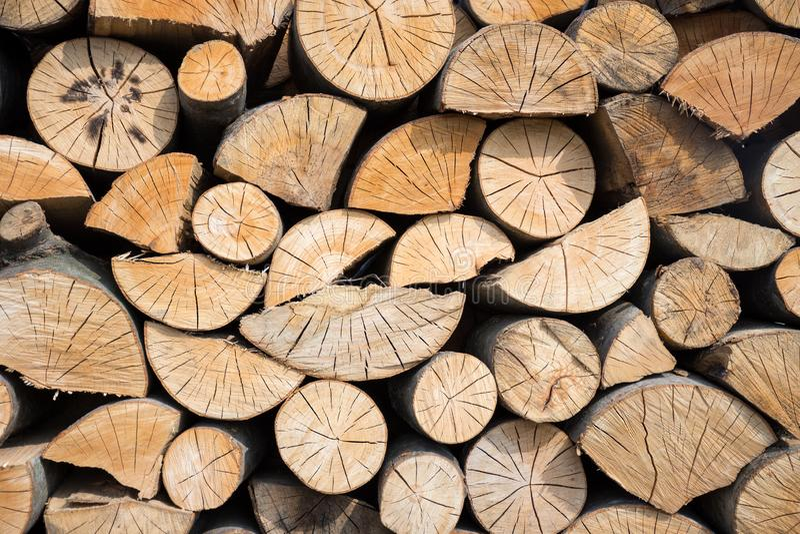 Pilha dos registros de madeira prontos para o inverno fotografia de stock royalty free