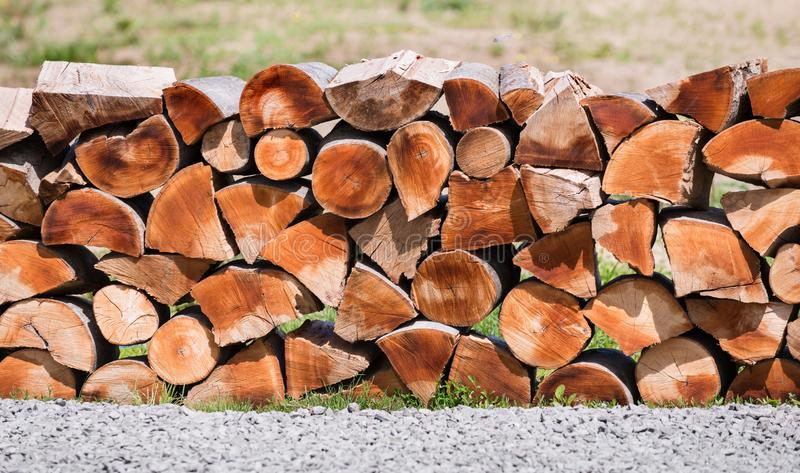 Pilha dos registros de madeira prontos para o inverno imagens de stock