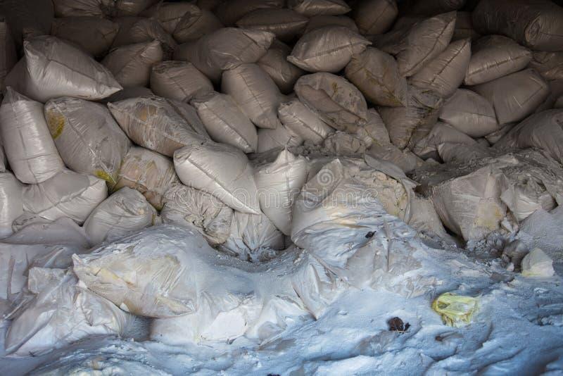 Pilha dos sacos brancos com adubo sintético fotos de stock
