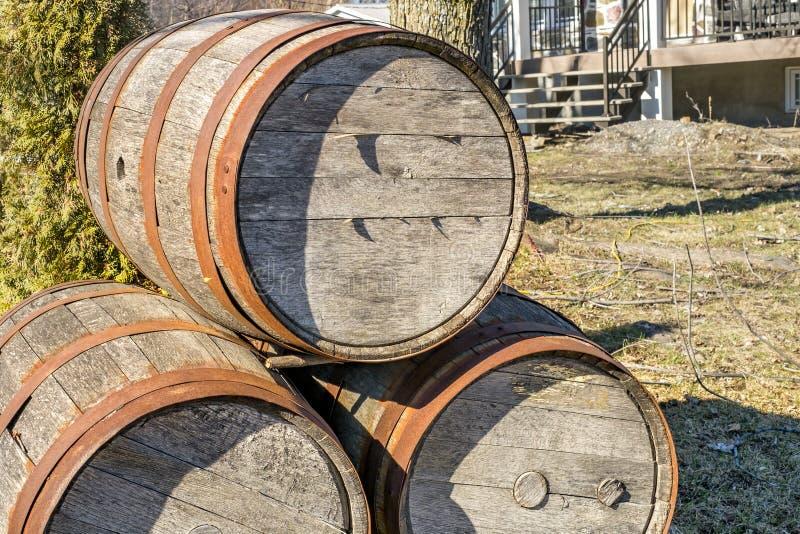Pilha dos tambores de madeira imagem de stock
