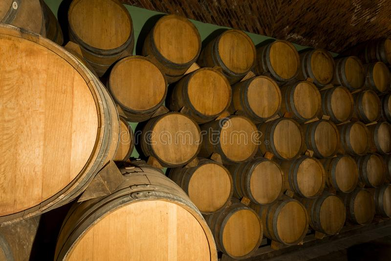 Pilha dos tambores de vinho empilhados fotos de stock royalty free