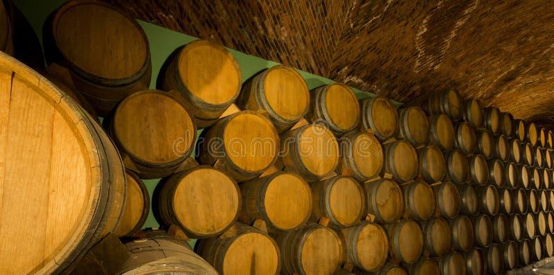 Pilha dos tambores de vinho empilhados fotografia de stock