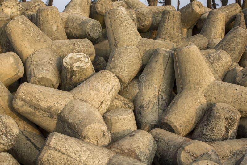 Pilha dos tetrapods concretos cinzentos próximos acima, barreira do tsunami imagens de stock