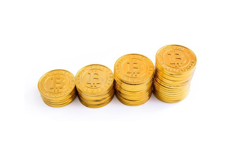 Pilha dourada das moedas do bitcoin Isolado no fundo branco com cl foto de stock