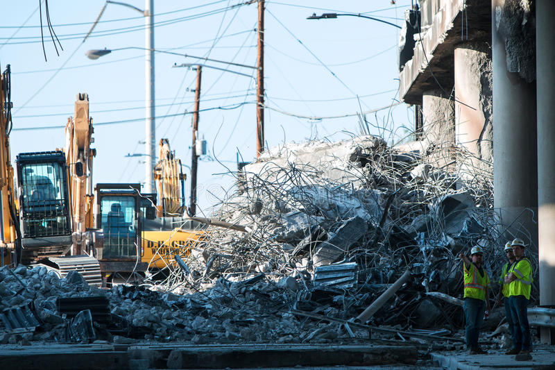A pilha enorme de restos concretos senta-se do colapso da ponte de Atlanta fotos de stock royalty free