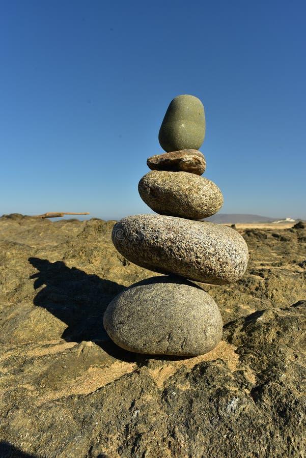 Pilha equilibrada de Zen Rocks na praia em Baja, México fotos de stock royalty free