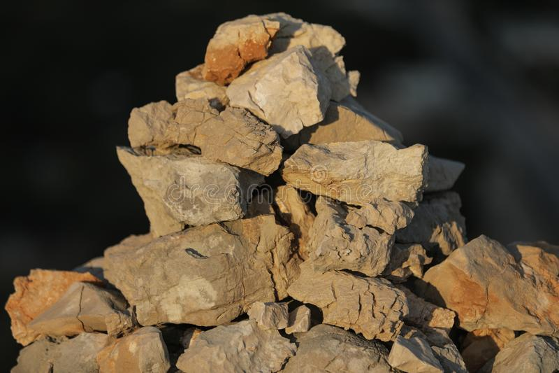 Pilha feito à mão das pedras nas montanhas durante o por do sol, vista próxima imagem de stock royalty free