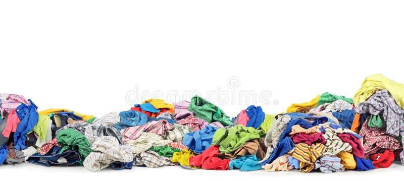 Pilha grande da roupa em um fundo branco fotografia de stock