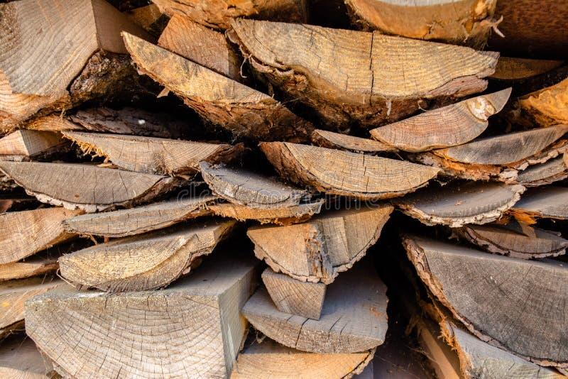 A pilha grande de entabuamento marrom feita das árvores estabeleceu-se na jarda na vila foto de stock royalty free