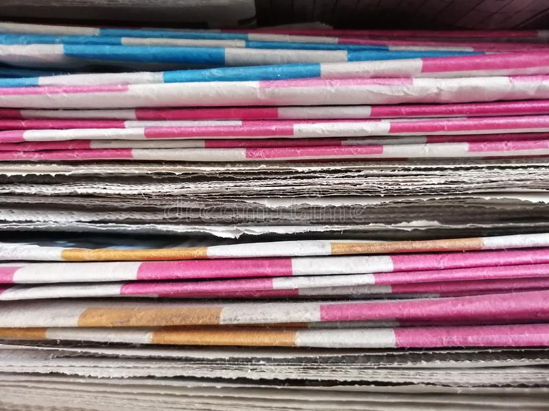 Pilha grande de jornais velhos fotos de stock