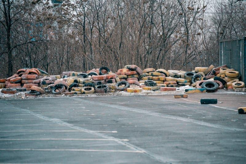 pilha grande de pneus abandonados velhos para as rodas imagens de stock royalty free