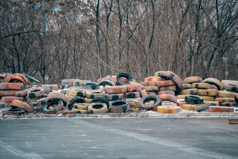 pilha grande de pneus abandonados velhos para as rodas foto de stock