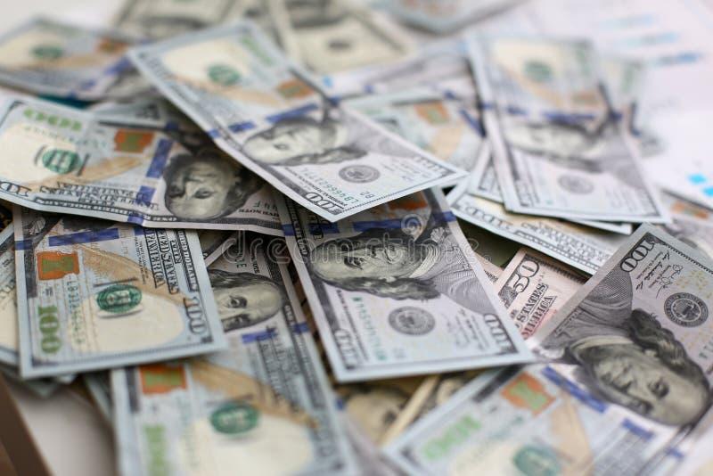 Pilha grande do dinheiro dos E.U. que encontra-se para baixo na ordem aleat?ria fotos de stock royalty free