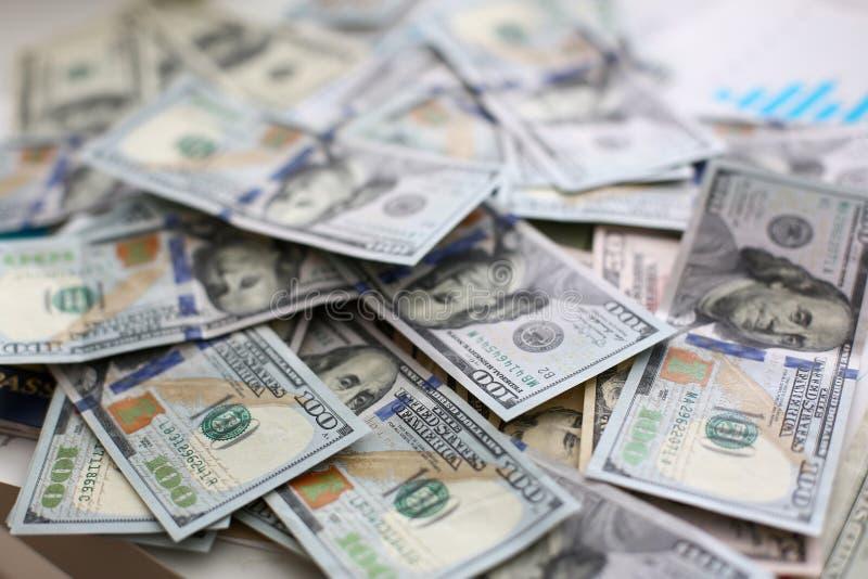 Pilha grande do dinheiro dos E.U. que encontra-se para baixo na ordem aleat?ria fotos de stock
