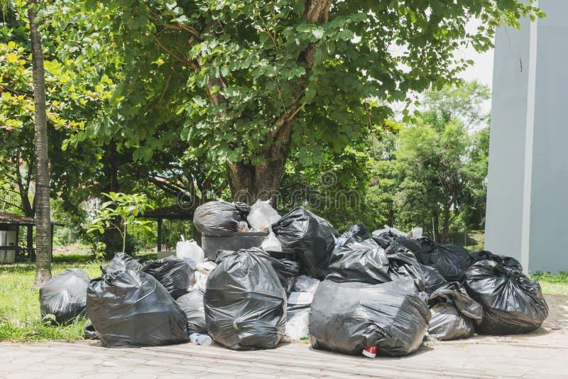 Pilha grande do lixo e da cintura imagem de stock