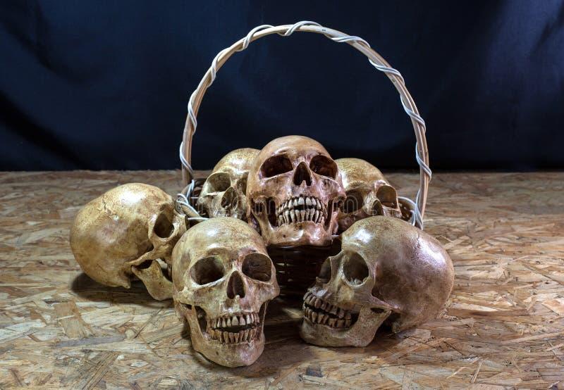 Pilha impressionante do crânio com cesta, ainda vida imagens de stock royalty free