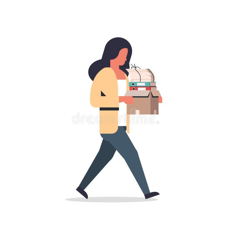 Pilha levando da caixa de papel da mulher de negócios ocupada de desenhos animados fêmeas indo sobrecarregados documentos do trab ilustração stock
