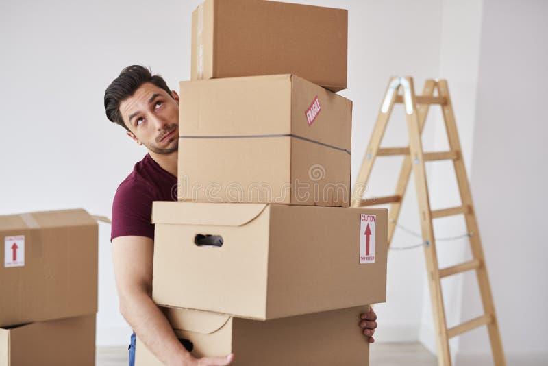 Pilha levando do homem de caixas de cartão pesadas imagem de stock royalty free