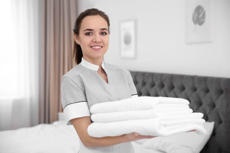 Pilha nova da terra arrendada da empregada doméstica de toalhas imagens de stock