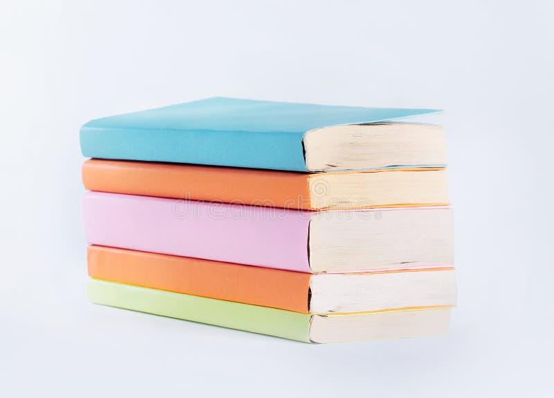 Pilha pequena de livros Isolado no fundo branco Foto com espaço da cópia fotografia de stock