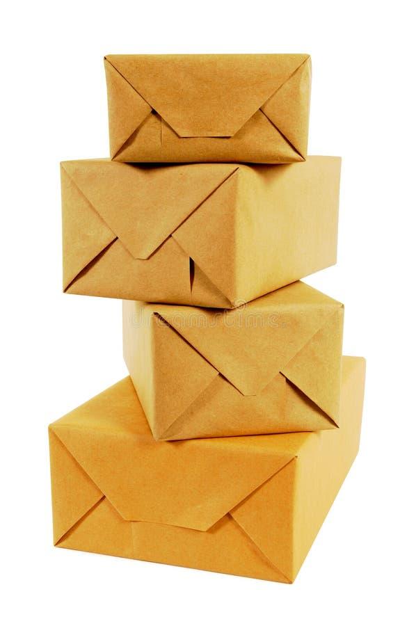 Pilha pequena de pacotes envolvidos do correio isolados no fundo branco fotografia de stock royalty free