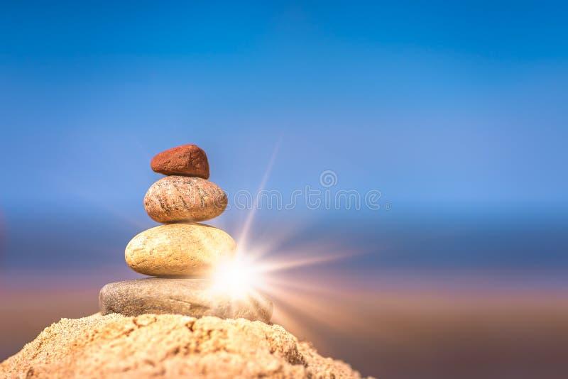 Pilha pequena de pedras equilibradas imagens de stock