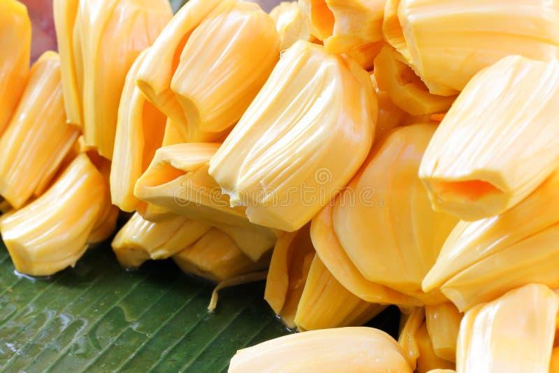 Pilha sem sementes amarela do Jackfruit na folha verde da banana imagens de stock royalty free