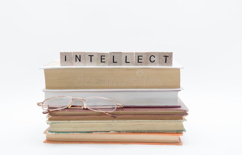 Pilha velha pequena de livros com palavra dos vidros e da mensagem de leitura na parte superior, isolada no fundo branco fotografia de stock royalty free