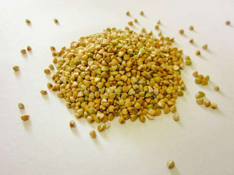 Pilha verde crua do trigo mourisco isolada no fundo branco Alimento do vegetariano ou do vegetariano fotos de stock