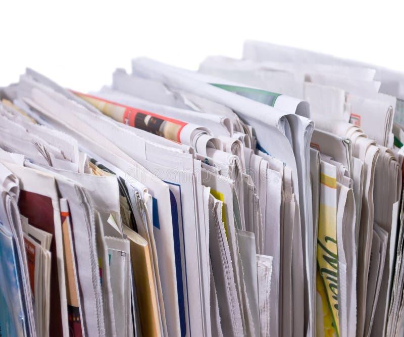Pilha vertical dos jornais e dos insectos fotos de stock