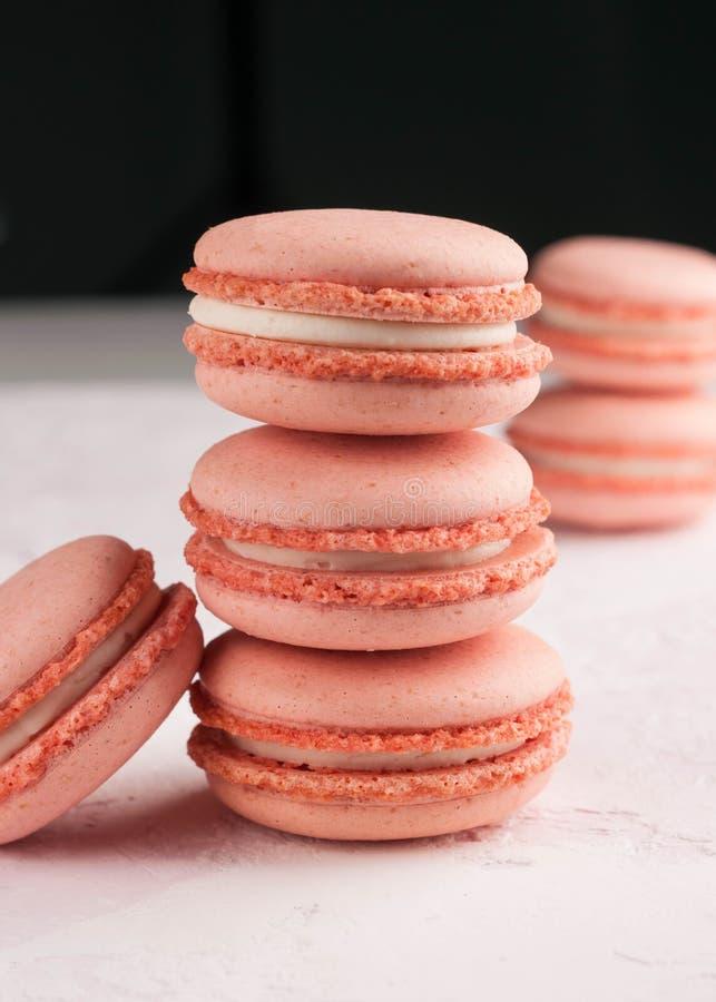 Pilhas com a sobremesa dos macarons em branco e em preto fotos de stock royalty free
