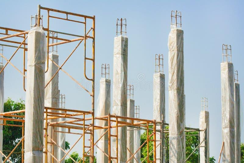 Pilhas concretas reforçadas da construção de casa nova com a película de plástico clara para manter a temperatura para manter o p imagem de stock royalty free