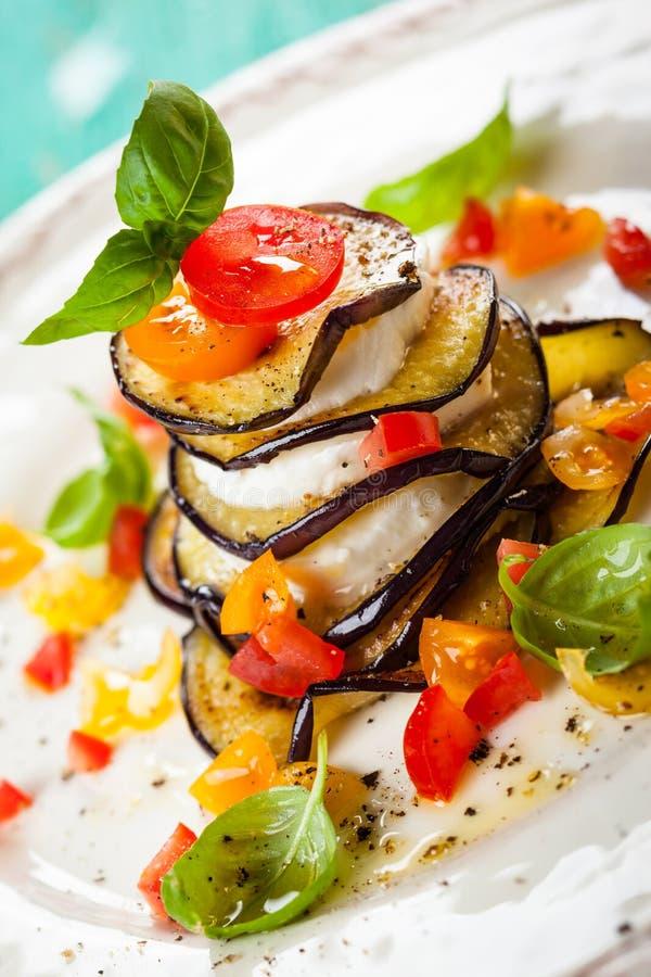 Pilhas da beringela, do tomate e da mussarela imagem de stock royalty free