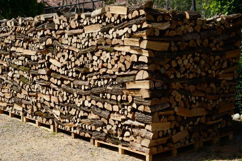 Pilhas da madeira do fogo - conceito da energia fotografia de stock